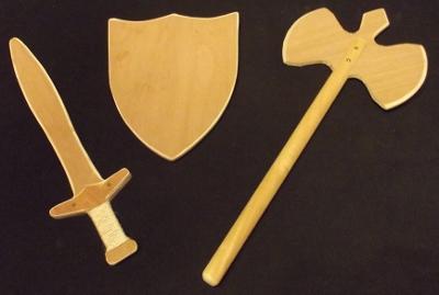épée, bouclier et hache en bois de chevalier
